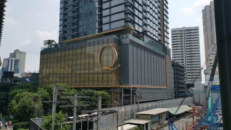 「Q」と文字が書かれた建物がある方へ