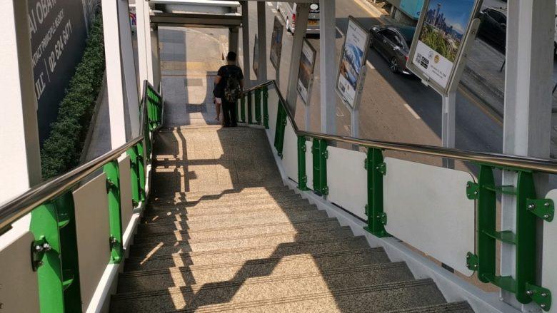 ナナ駅の階段を下る